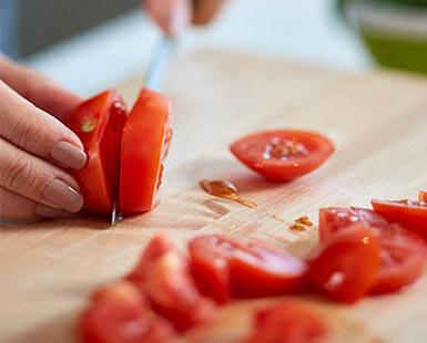Slicing cherry tomatoes